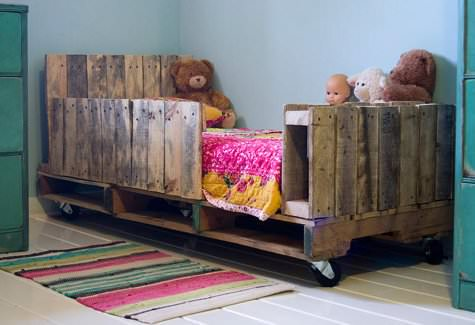 Toddler Pallet Bed 1 • Do-It-Yourself Ideas