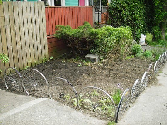 Fence From Upcycled Bike Wheels 2 • Garden Ideas