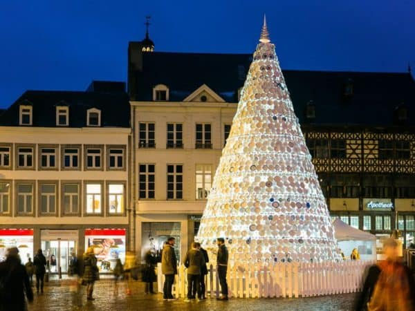 Christmas Tree Made Of 5,000 Donated Ceramic Dishes & Cups 5 • Interactive, Happening & Street Art