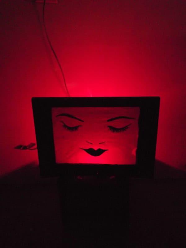lamparas-de-televisor-mujer-rojo2