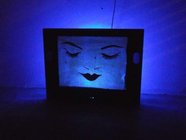 tele-lampara-mujer-azul