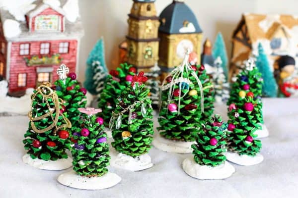Easy Kids Project: Pine Cone Christmas Trees 1 • Do-It-Yourself Ideas