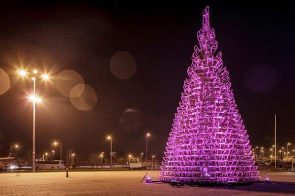 8-hello-woods-christmas-tree-made-out-of-365-sleighs-at-the-palace-of-arts-budapest-600x400