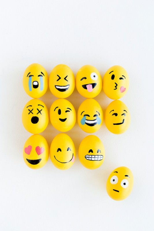 DIY-Emoji-Easter-Eggs-600x900