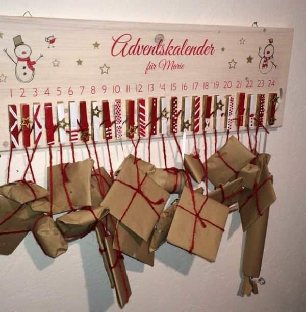 upcycling-calendar-from-recycled-clothespins-hanging-wrapped-gifts
