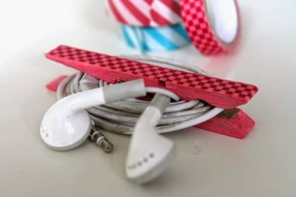 handmade-clothespin-crafts-iphone-earbuds-upcycling-cord-organiser