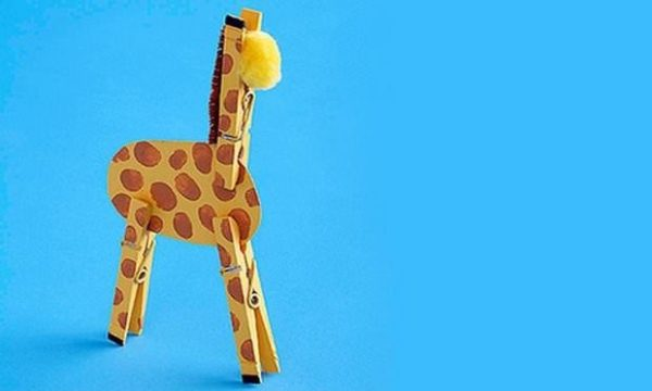 cool-crafts-for-kids-idea-from-upcycling-clothespins-giraffe-toy