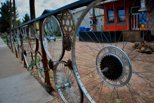 old-bicycle-wheels-used-as-garden-fence-creative-idea