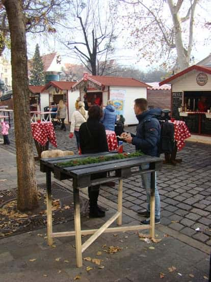 recyclart.org-party-table-from-pallet-at-christmas-market-in-bratislava-industrial-look