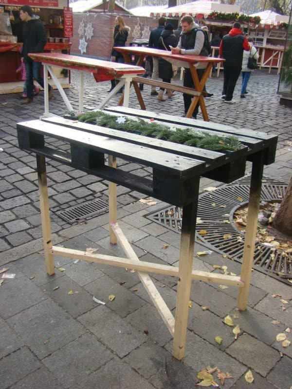 recyclart.org-party-table-from-pallet-at-christmas-market-in-bratislava-industrial-look1