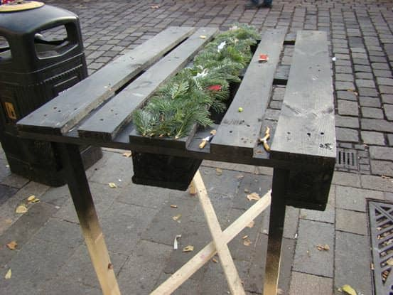 recyclart.org-party-table-from-pallet-at-christmas-market-in-bratislava-industrial-look2