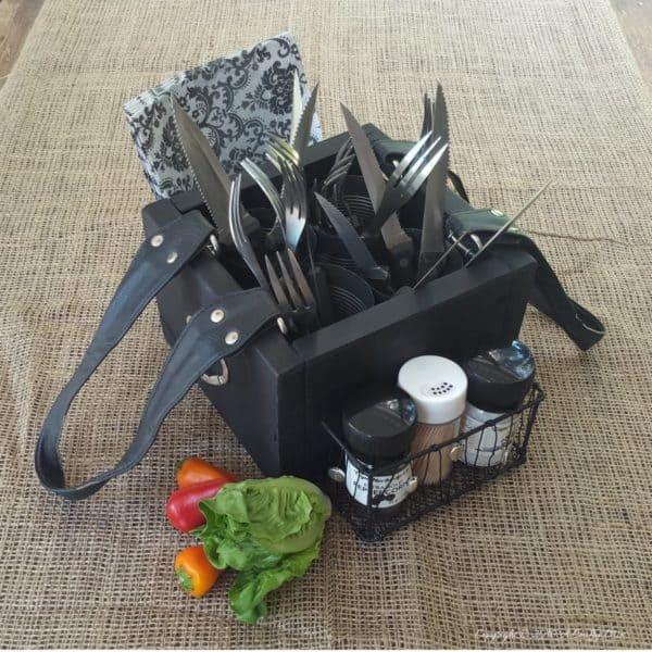 recyclart.org-turn-an-old-handbag-into-a-picnic-caddy3
