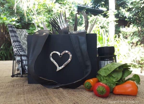 recyclart.org-turn-an-old-handbag-into-a-picnic-caddy2