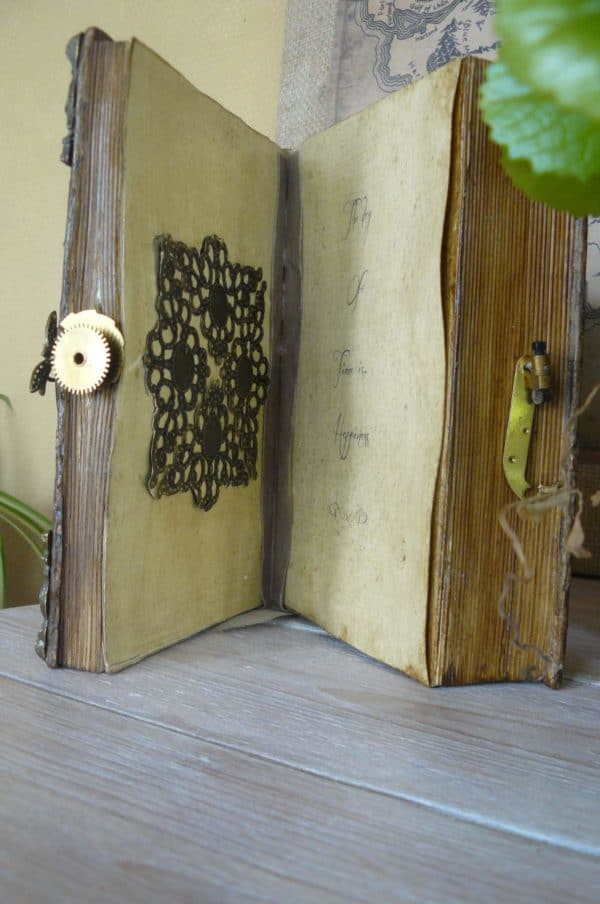 recyclart.org-book-chest-clock2