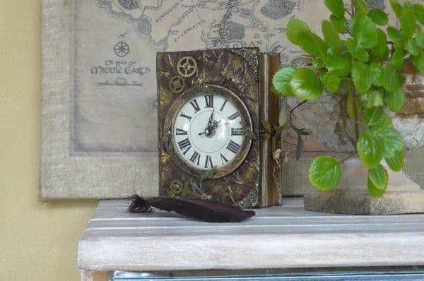 recyclart.org-book-chest-clock