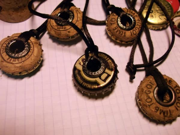 recyclart.org-bottle-caps-and-champagne-corks-into-necklace2