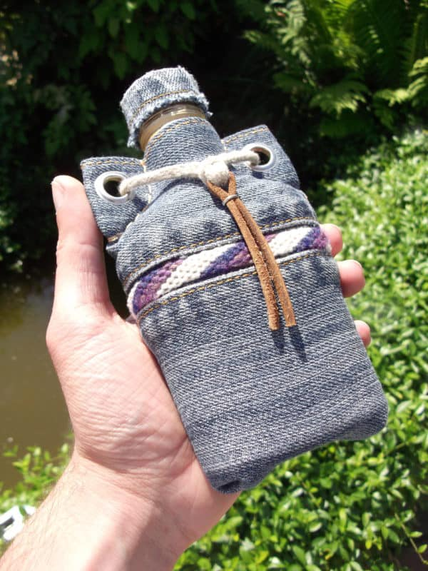 recyclart.org-flasks-from-glass-bottles-old-jeans-and-yarn-scraps2
