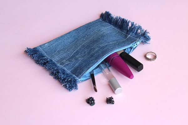 recyclart.org-diy-upcycled-frayed-denim-pouch1