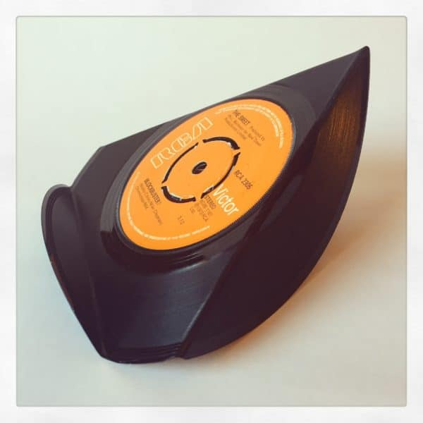 recyclart.org-upcycled-vinyl-7-single-phone-stands-03