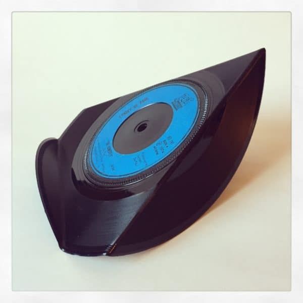 recyclart.org-upcycled-vinyl-7-single-phone-stands-01