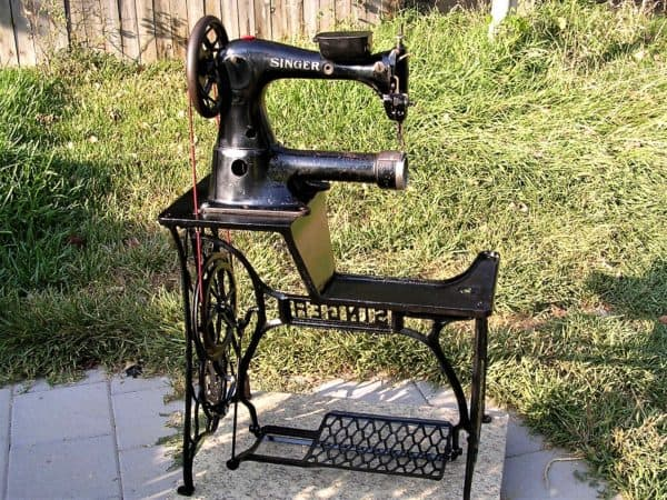 Here is the complete Singer Industrial Sewing Machine.