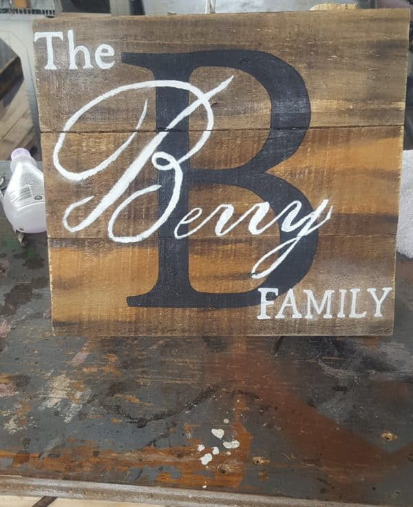 Make these Hand Painted Pallet Plaques as gifts or wedding signs as well.