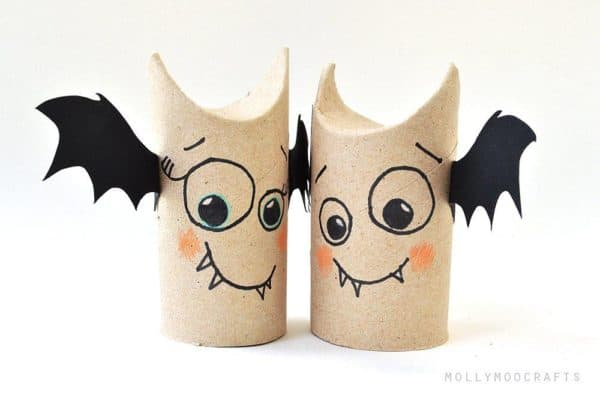 This pair of cardboard bats are perfect for the kids to make for Halloween 2017.