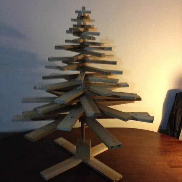 This Pallet Mini Christmas Tree is beautiful without any ornaments whatsoever, and would be a gorgous addition to your outdoor holiday decor.