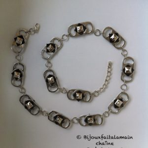 Copie de recyclart.org-necklace-out-of-a-bicycle-inner-tube-soda-can-tabs